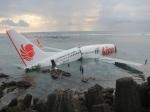 Pesawat Lion Air tergelincir ke laut setelah berusaha mendarat di Bandara Ngurah Rai Denpasar, Bali, Sabtu (13/4).