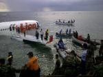 Sejumlah petugas gabungan melakukan evakuasi barang dan penumpang pesawat Lion Air yang tergelincir ke laut setelah berusaha mendarat di Bandara Ngurah Rai Denpasar, Bali, Sabtu (13/4).